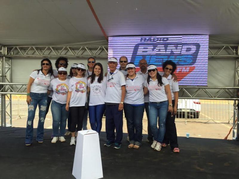 Equipe CDRB posando no stand Band News no evento Brasília em Movimento